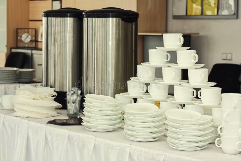 Services à thé, tasses de café blanc de collection, buffet, restauration, plats images stock