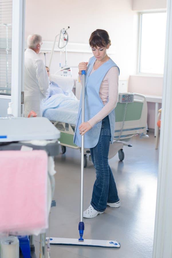 Services de nettoyage avec le balai de lavage dans l'hôpital propre photo stock