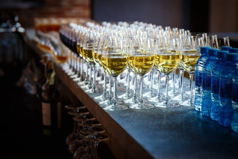 Services de restauration les verres avec du vin à l'arrière-plan de rangée au restaurant font la fête images libres de droits