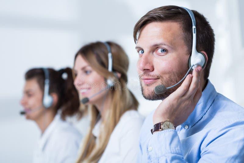 Servicetelefonoperatörer i hörlurar med mikrofon royaltyfri bild