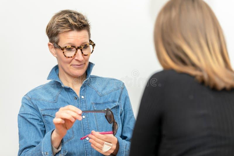 Servicio amistoso en la optometr?a fotos de archivo