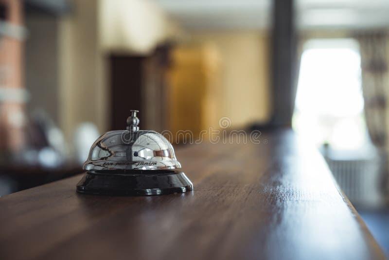Servicio Bell del restaurante en la tabla en la recepción del hotel - Vinta fotos de archivo libres de regalías