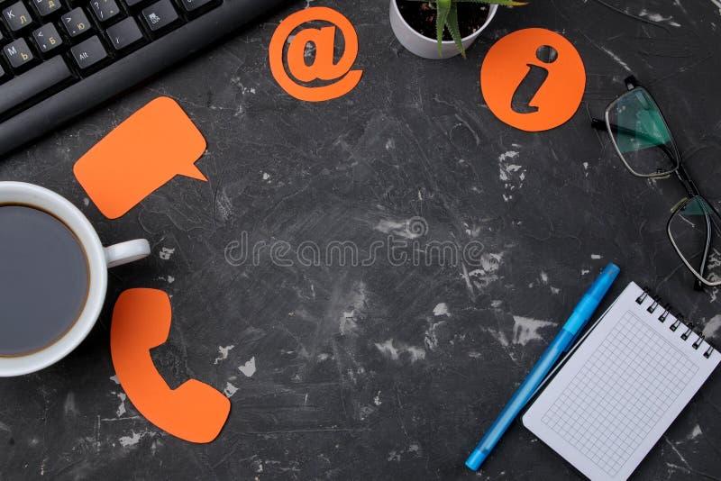 Servicio de asistencia del cliente Éntrenos en contacto con para la reacción mesa con la libreta y los diversos iconos de la reac fotos de archivo libres de regalías