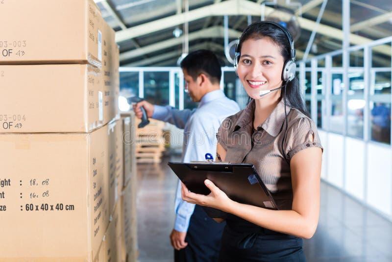 Servicio de atención al cliente en almacén asiático de la exportación fotos de archivo