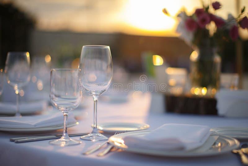 Servicio de cena formal en un banquete de la boda fotografía de archivo