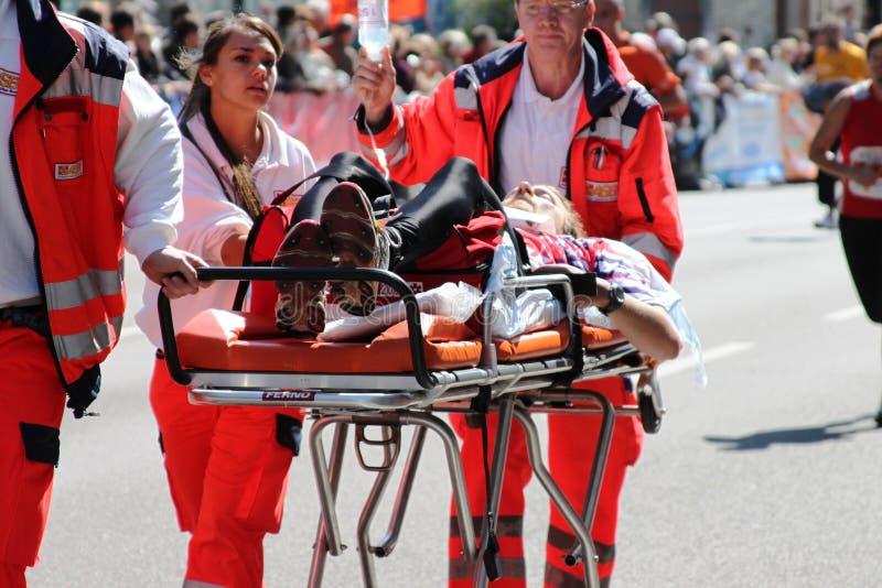 Servicio de emergencia médica que lleva a un atleta fotos de archivo