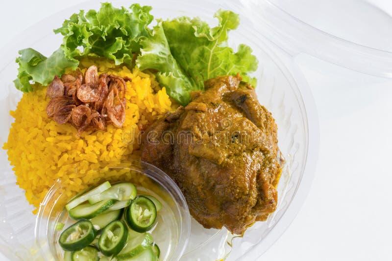 Servicio de entrega de la comida: Arroz amarillo musulmán de Biryani del pollo con imagen de archivo libre de regalías