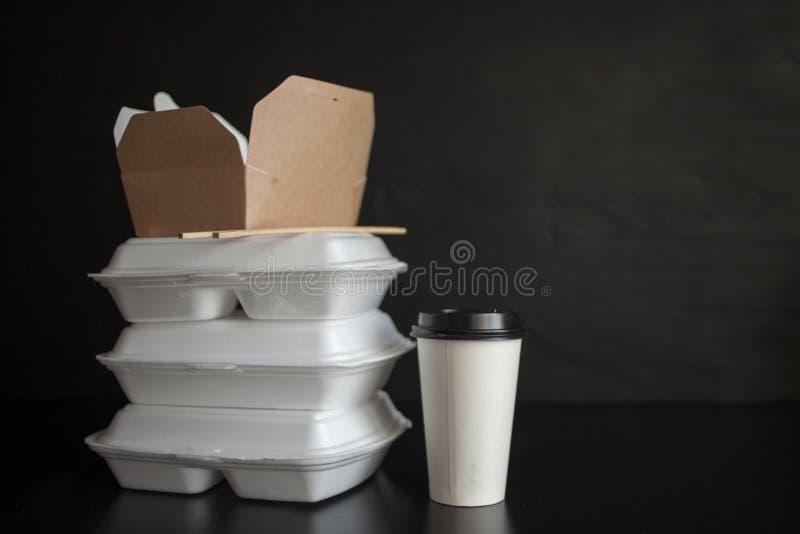 Servicio de entrega de la comida de restaurantes y de caf?s Cocina asi?tica y cacerola-asi?tica, diversos platos a llevarse fotos de archivo libres de regalías