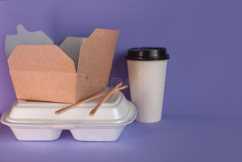 Servicio de entrega de la comida de restaurantes y de caf?s Cocina asi?tica y cacerola-asi?tica, diversos platos a llevarse fotografía de archivo
