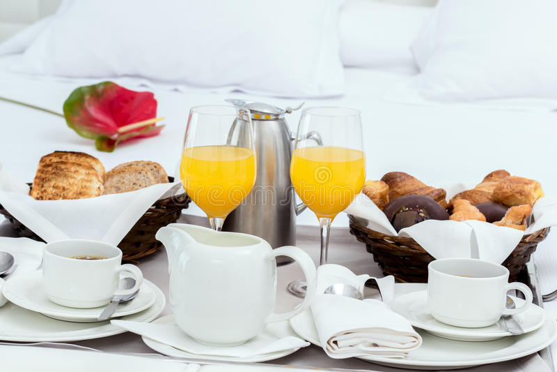 Servicio de habitación con la bandeja del desayuno foto de archivo
