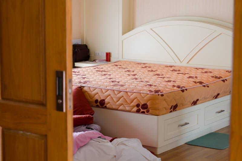Servicio de la limpieza del sitio del dormitorio y concepto sucios de la economía doméstica imagen de archivo