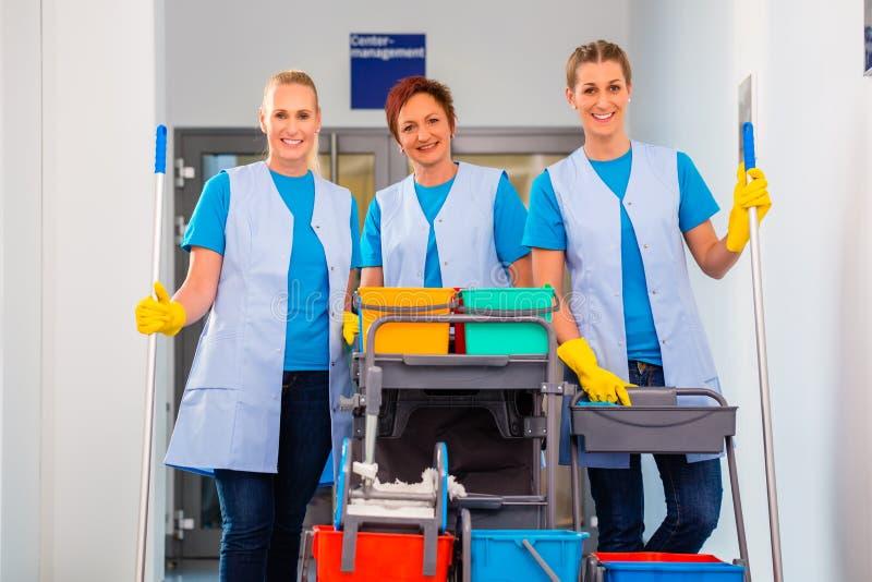 Servicio de la limpieza en el trabajo imagen de archivo libre de regalías