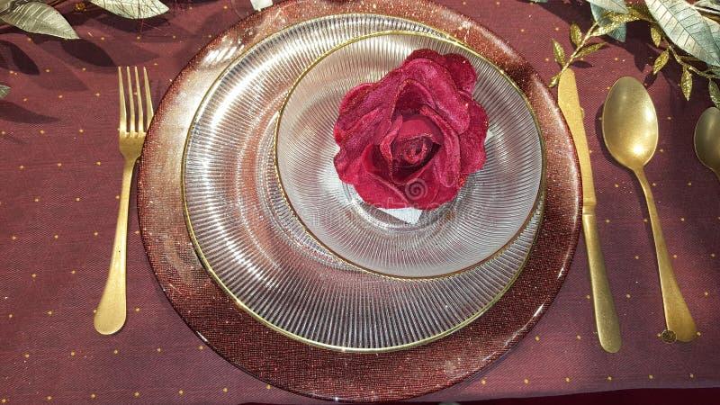 Servicio de tabla de oro para la cena de la Navidad fotos de archivo libres de regalías