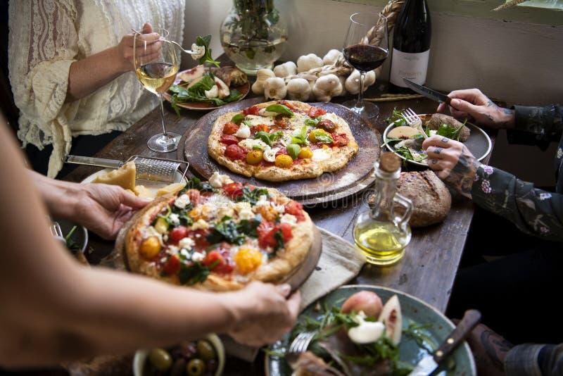Servicio de una idea de la receta de la fotografía de la comida de la pizza imagen de archivo