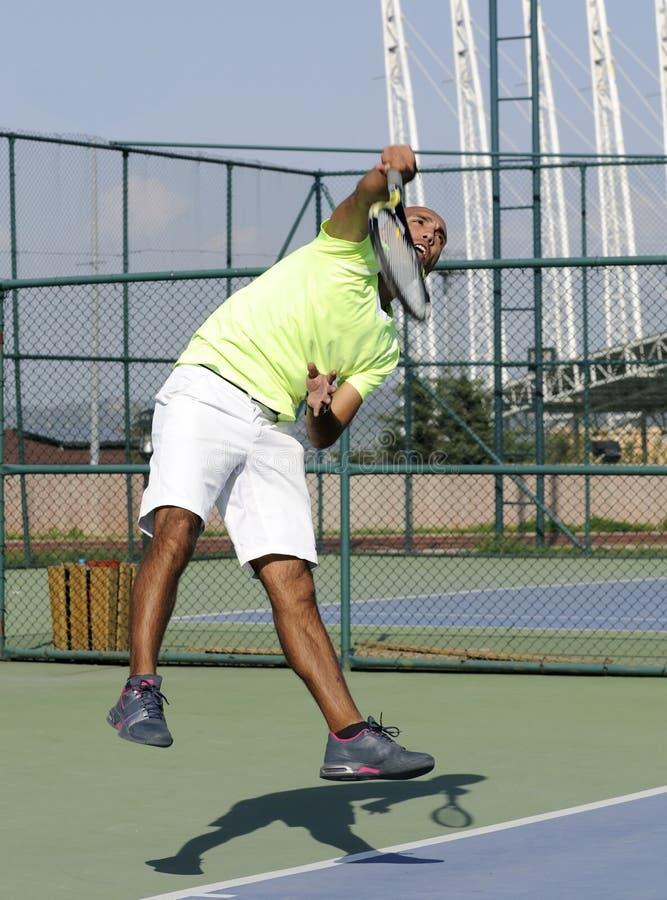 Servicio de una pelota de tenis imagenes de archivo