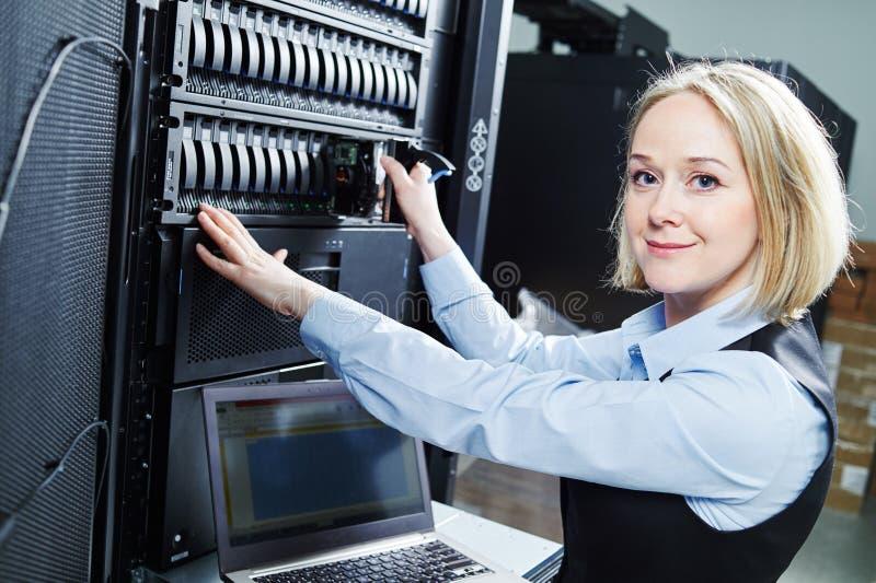 Servicio del almacenamiento de la nube ingeniero de sexo femenino que substituye el disco duro en servidor fotos de archivo libres de regalías