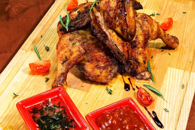 Servicio del pollo del restaurante en un tablero de madera con las salsas imágenes de archivo libres de regalías
