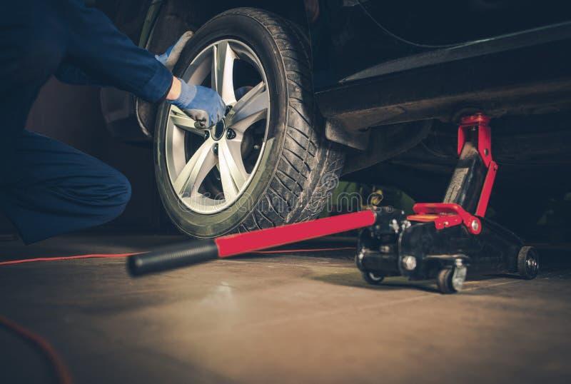 Servicio del reemplazo del neumático de coche imagenes de archivo