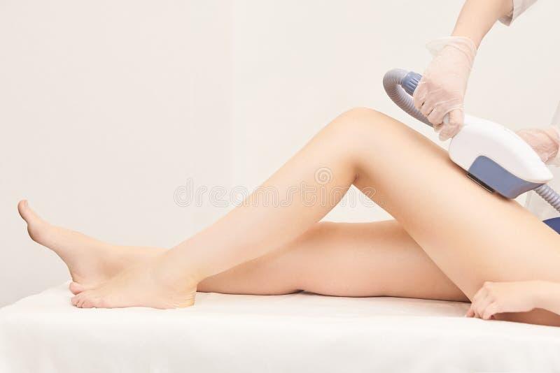 Servicio del retiro del laser del pelo Dispositivo de la cosmetología del IPL Aparato profesional Cuidado de piel suave de la muj imágenes de archivo libres de regalías