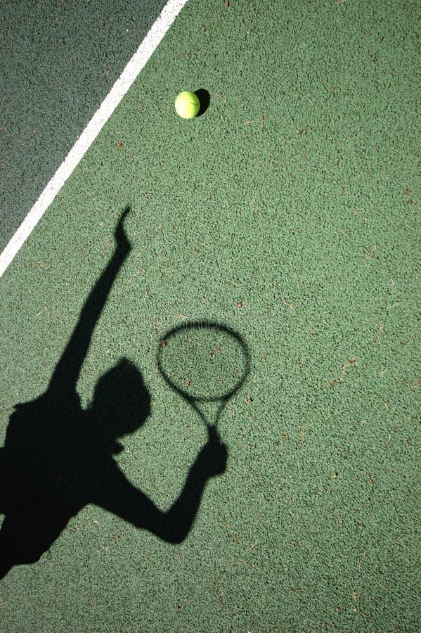 Servicio del tenis imagen de archivo