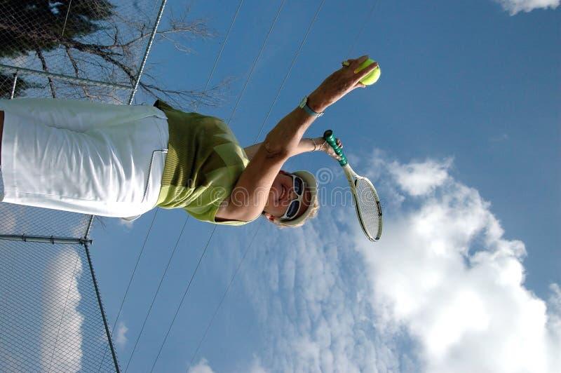 Servicio del tenis fotografía de archivo libre de regalías