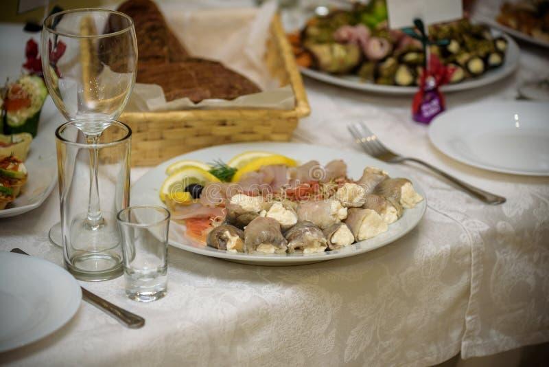 Servicio determinado de la tabla del abastecimiento con el stemware de los cubiertos y del vidrio en el restaurante antes del par imagen de archivo libre de regalías