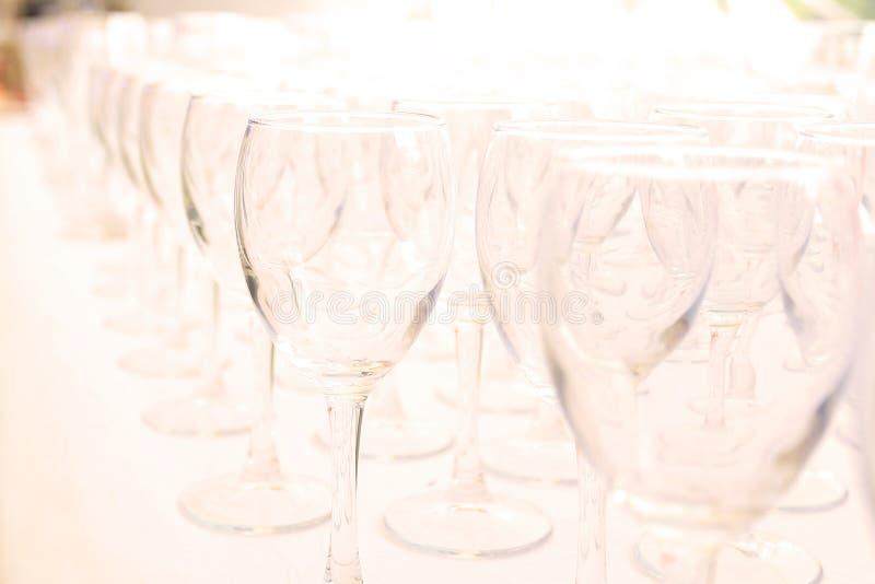 Servicio determinado de la tabla del abastecimiento con los cubiertos y el vidrio fotos de archivo libres de regalías