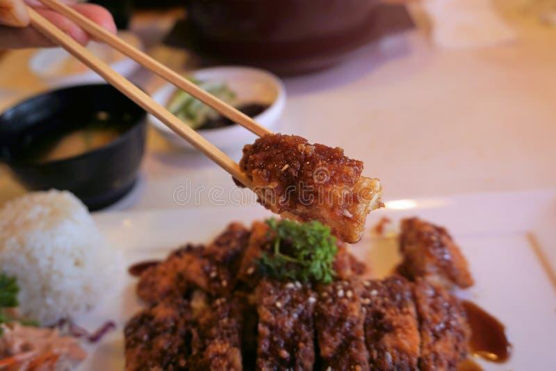 Servicio determinado frito de la chuleta del cerdo con arroz Cerdo japonés Tonkat fotografía de archivo