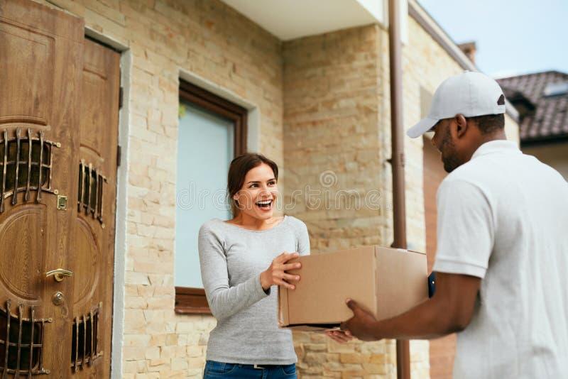 Servicio a domicilio Cliente de Delivering Package To del mensajero foto de archivo