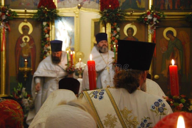 Servicio en la iglesia ortodoxa Rezo sacerdotes imagenes de archivo