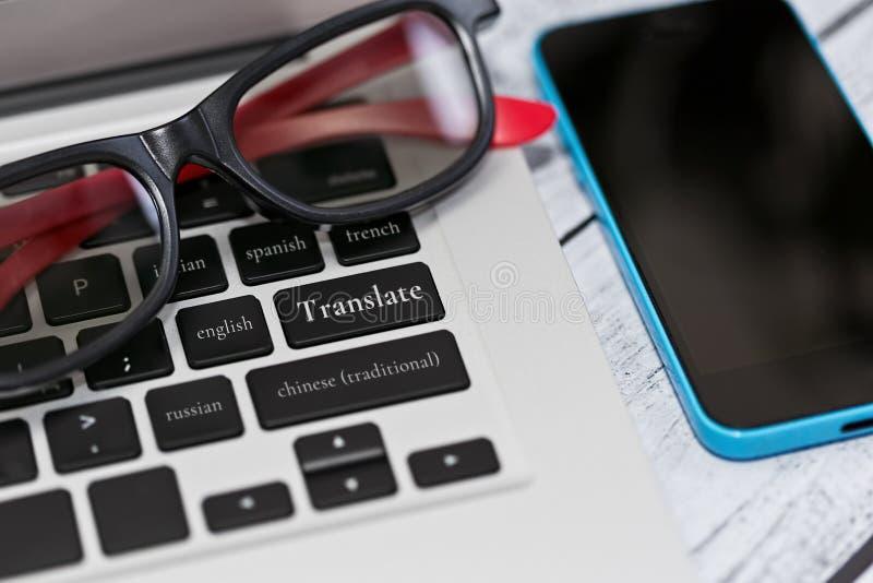Servicio online y aplicación móvil de la traducción fotografía de archivo
