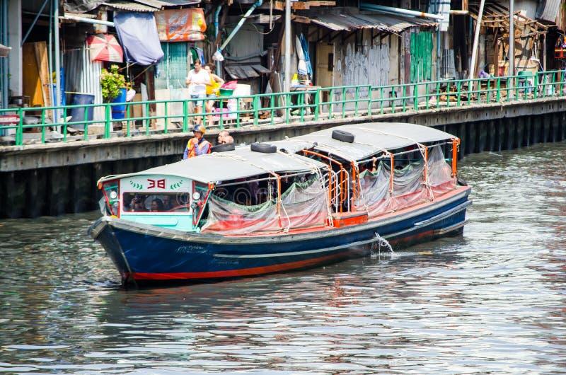 Servicio público del barco en el canal de Sansab foto de archivo