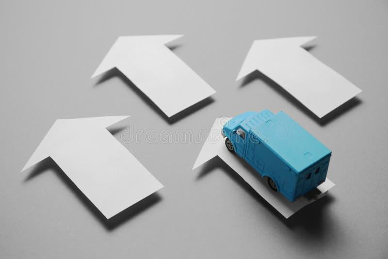 Servicio postal para la entrega de mercancías Camión para los transportes del negocio imagen de archivo libre de regalías
