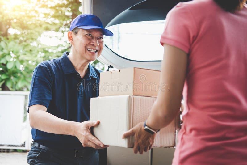 Servicio y mente de trabajo del servicio, cliente h del servicio a domicilio de la mujer imagen de archivo libre de regalías