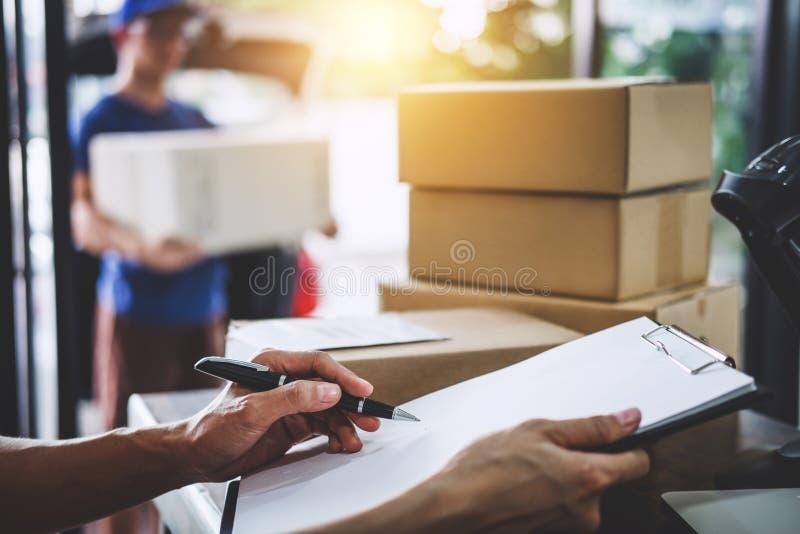 Servicio y mente de trabajo del servicio, mujer del servicio a domicilio que trabaja el ch imagen de archivo libre de regalías