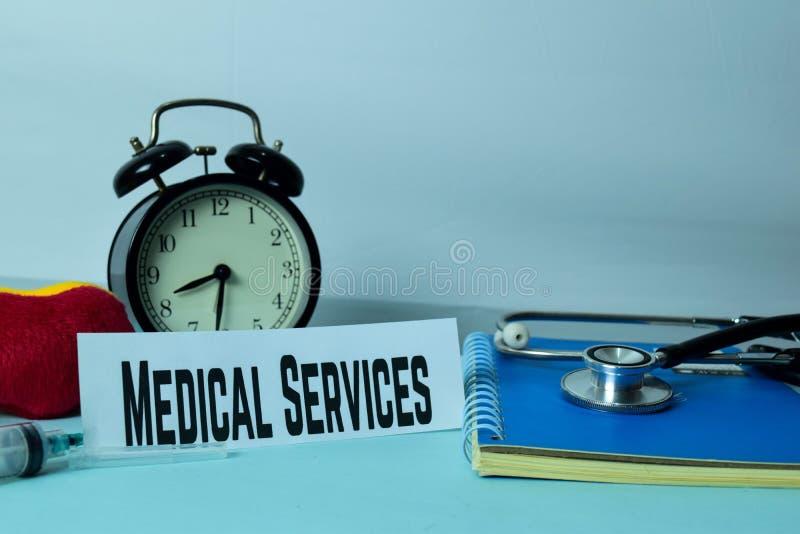 Servicios médicos que planean en el fondo de la tabla de funcionamiento con los materiales de oficina foto de archivo libre de regalías