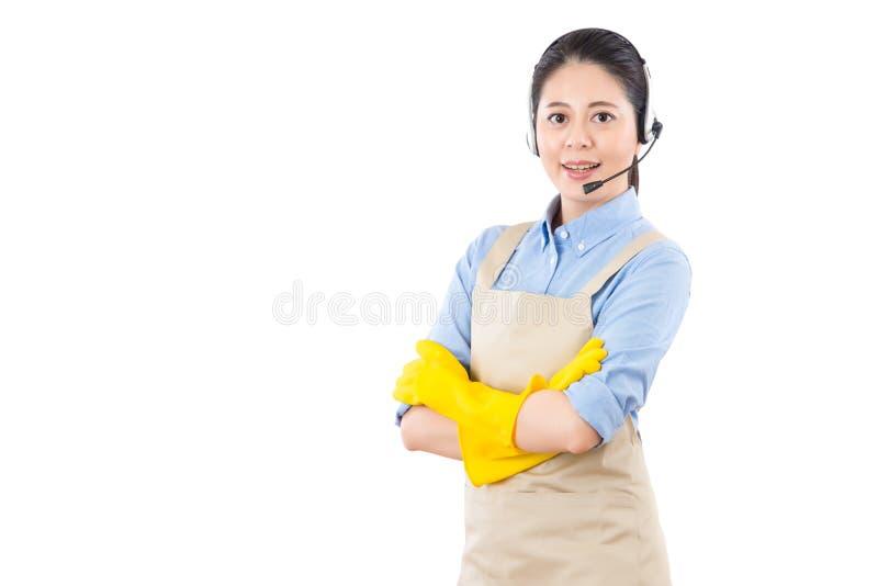Servicios onlines de la mujer de negocios de la limpieza de la casa fotografía de archivo libre de regalías