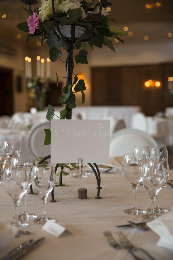 Servido elegante con casarse los vidrios, los cubiertos y adornado con las tablas de las flores con los manteles blancos y las ve imágenes de archivo libres de regalías
