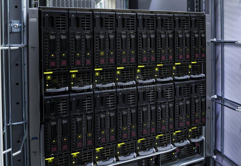 Servidor del ordenador del soporte de estante con el disco del disco duro fotos de archivo libres de regalías