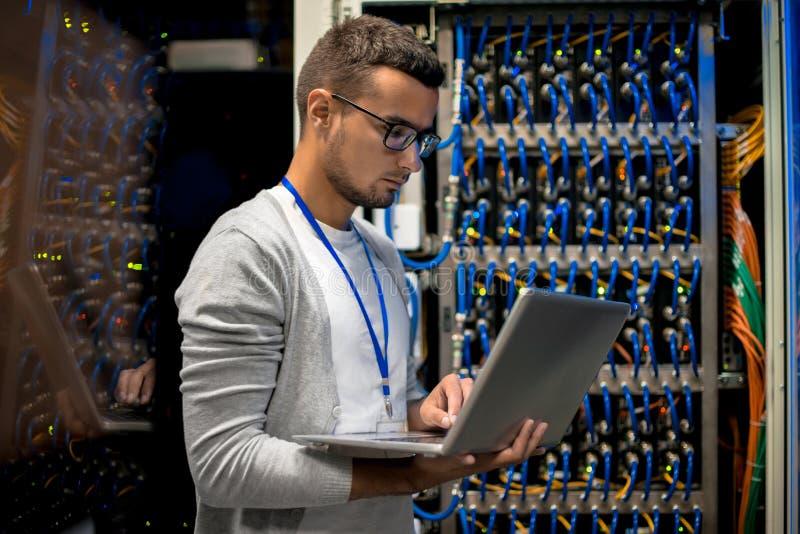 Servidores de controlo do super-computador do homem imagens de stock royalty free