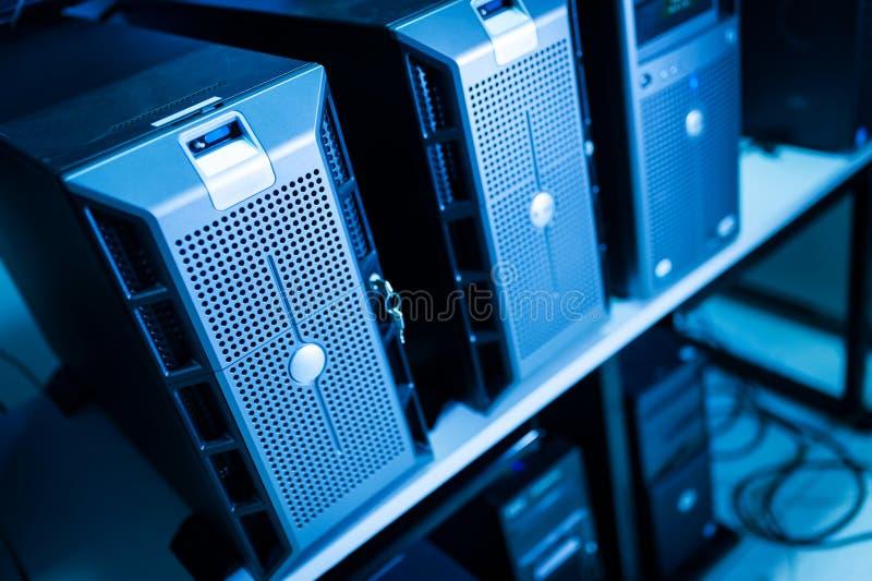 Servidores de la red de ordenadores en sitio de los datos fotografía de archivo libre de regalías