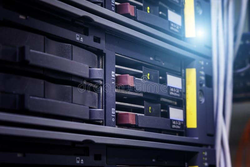 Servidores de red en centro de datos Profundidad del campo baja imagen de archivo