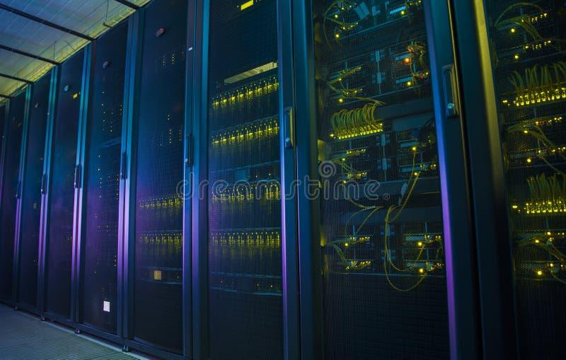 Servidores de red en un centro de datos fotografía de archivo libre de regalías