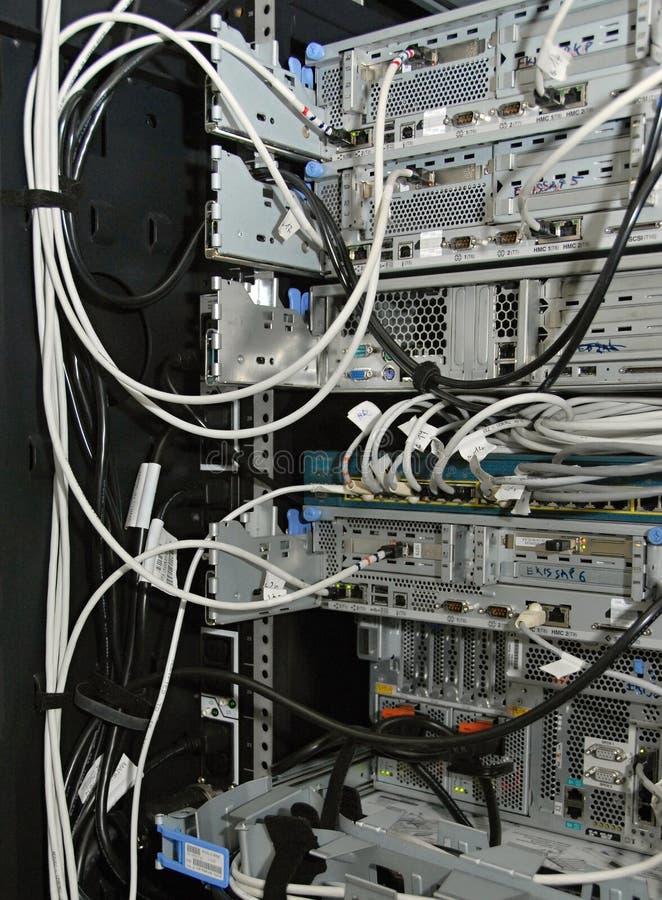 Servidores en el estante en un cuarto del servidor imagen de archivo libre de regalías