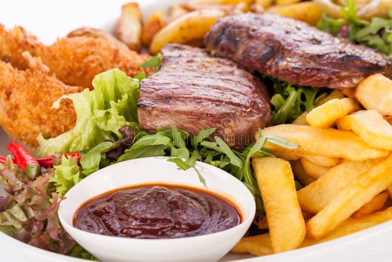 Servierplatte des Mischfleisches, des Salats und der Pommes-Frites stockfotografie