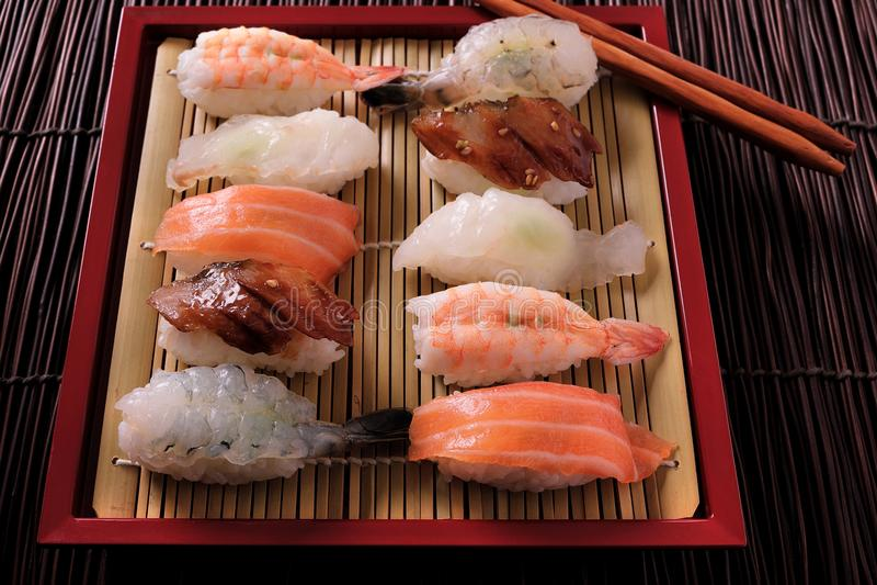 Servierplattenrote Bambusbehälteressstäbchen der japanischen Sushi verschiedene sortierte stockfotos