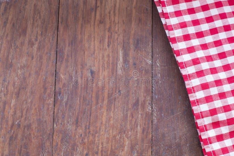 Serviette à carreaux sur le fond en bois photos stock
