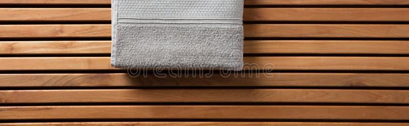 Serviette à moitié grise pour la station thermale, le hammam ou le sauna, longue bannière photographie stock libre de droits