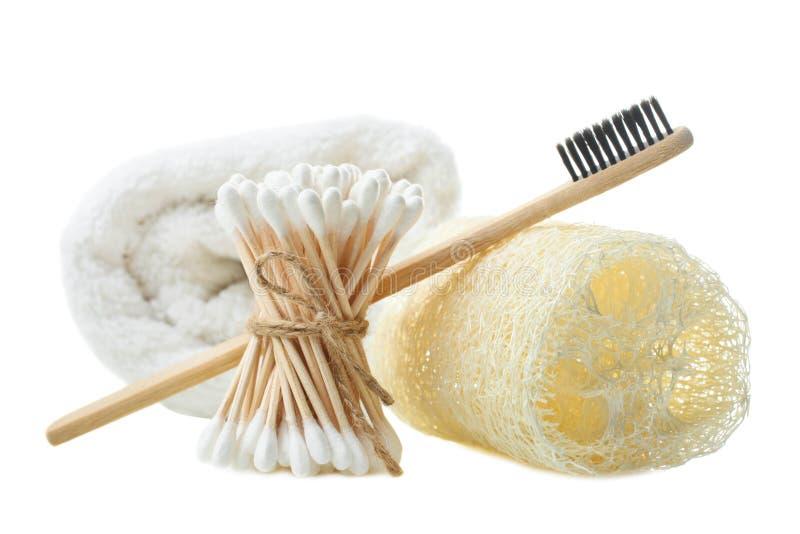 Serviette éponge, luffa d'éponge, bâtons en bambou oreille et brosse à dents photo libre de droits