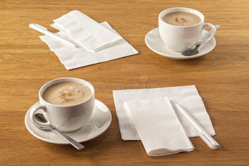 Serviette и ручка и кофе стоковые изображения rf